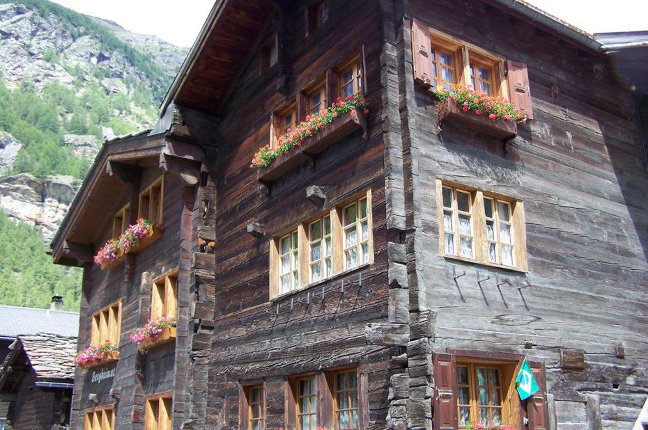 Des chalets anciens dans le village de Täsch