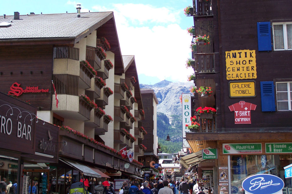 La Bahnhofstrasse, rue commerçante de Zermatt
