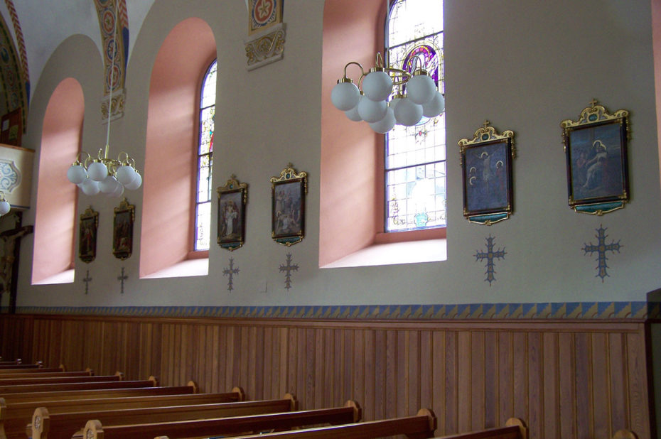 Bancs et vitraux à l'intérieur de l'église