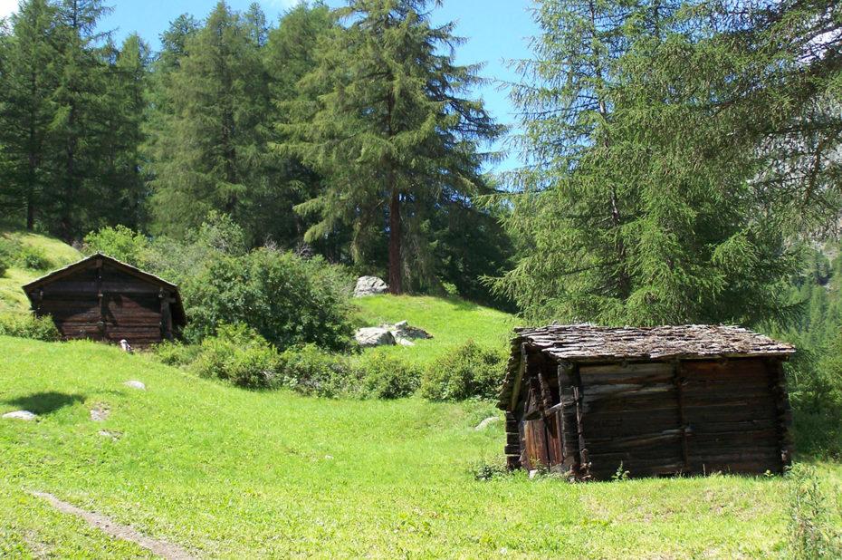 Petites cabanes dans la montagne au-dessus de Zermatt