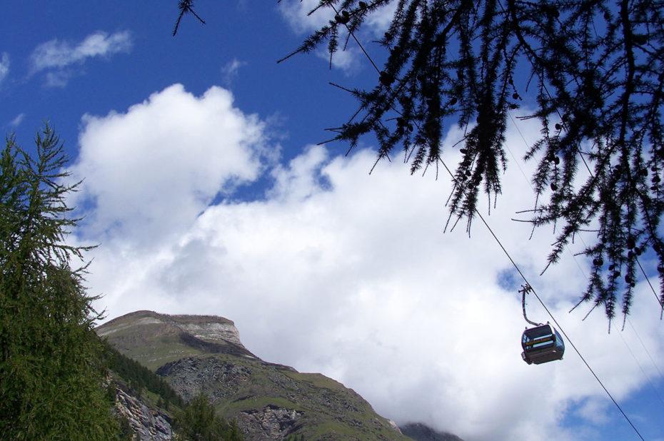 Une cabine du téléphérique dans les arbres