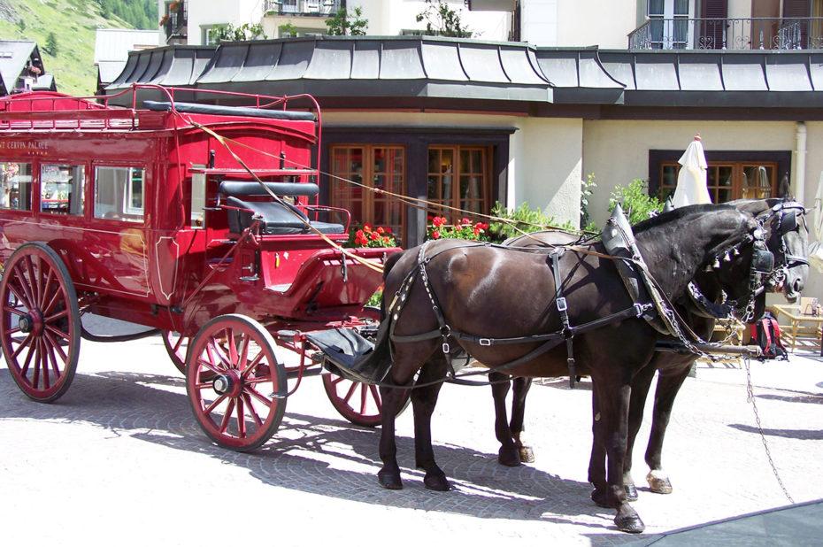 La calèche rouge du mont Cervin Palace