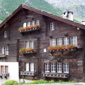 Chalet en bois fleuri de géraniums