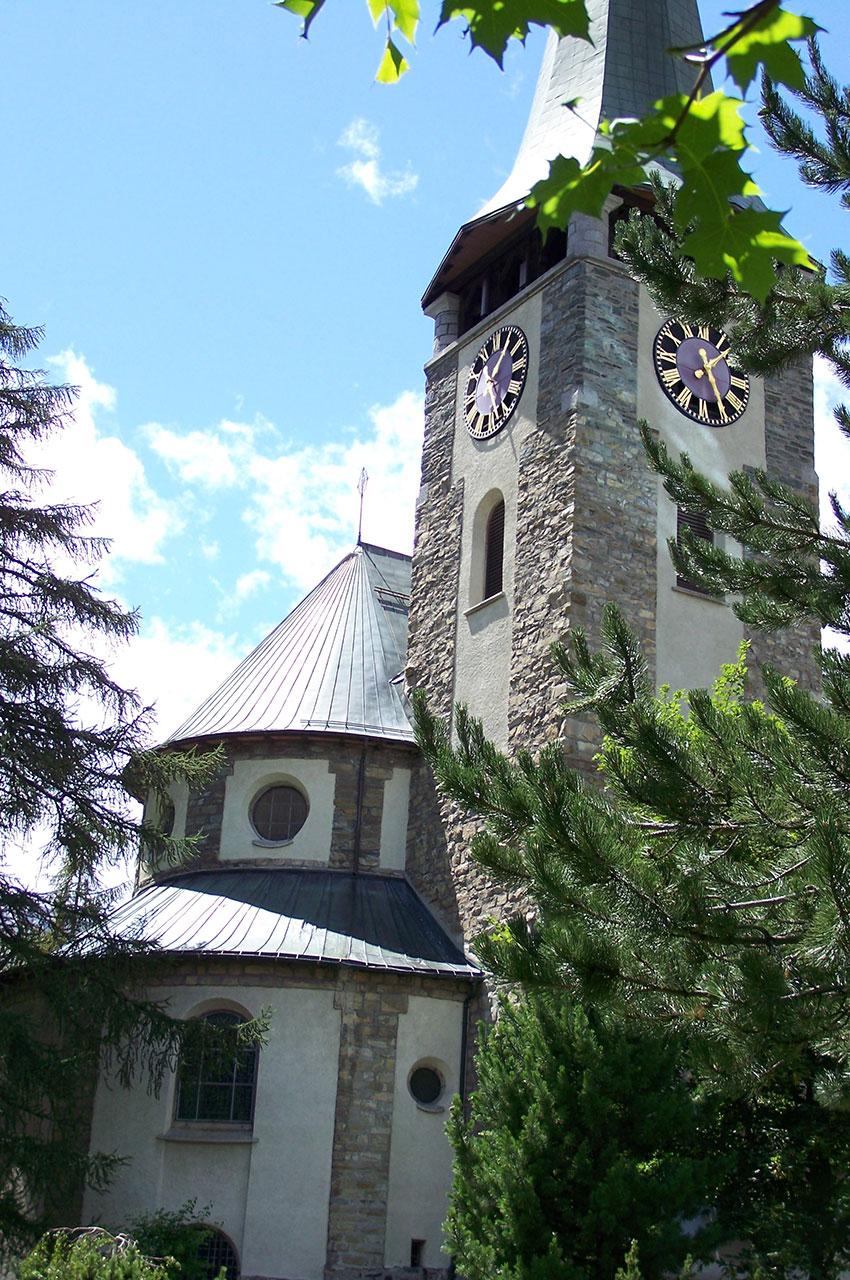 L'église Saint-Mauritius entre les arbres