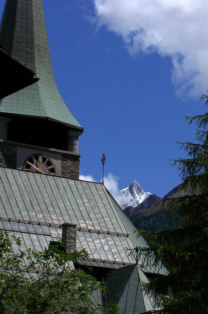L'église de Zermatt avec le Taschhorn à l'arrière plan