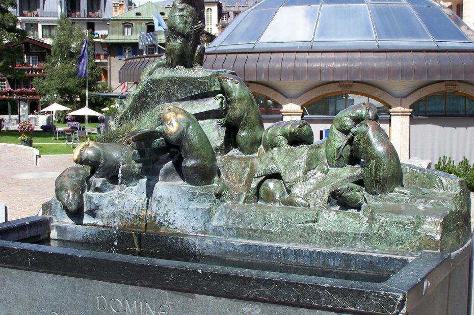 La fontaine Murmeli-Brunnen mettant en scène des marmottes