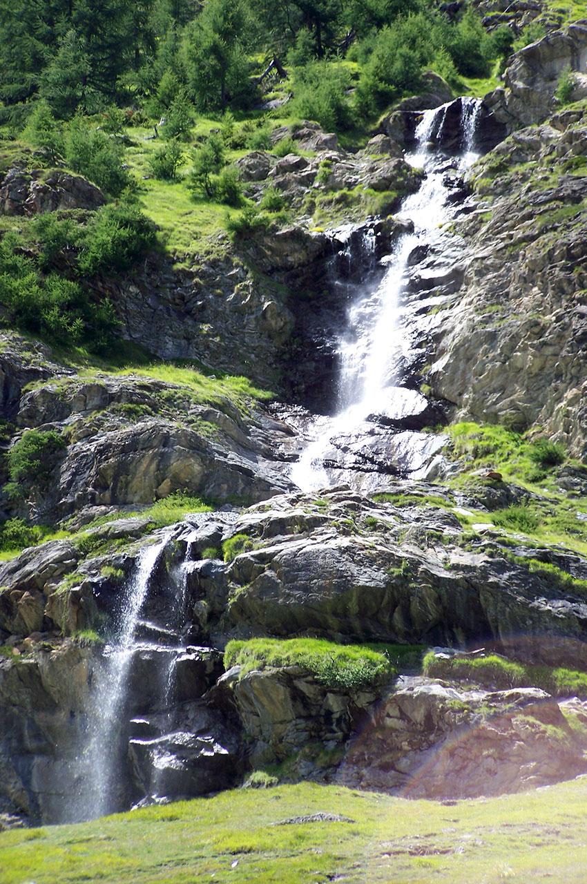 Une magnifique cascade qui descend de la montagne