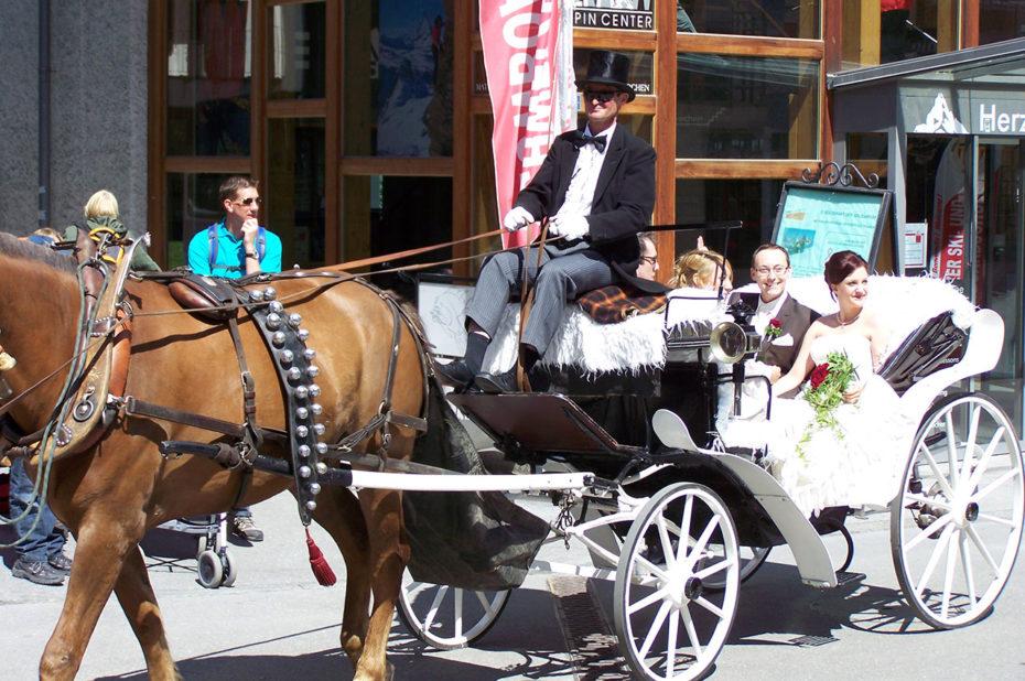 Des mariés dans une calèche à Zermatt