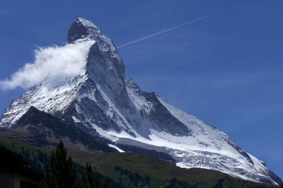 Un nuage s'attarde près du sommet du Cervin