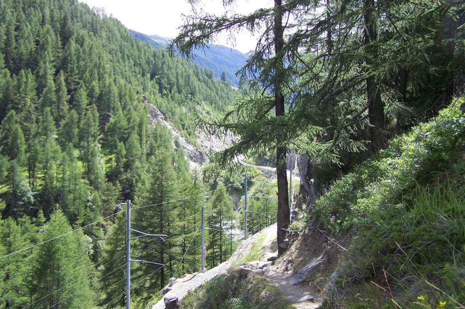 Sentier au bord de la voie ferrée montant à Zermatt