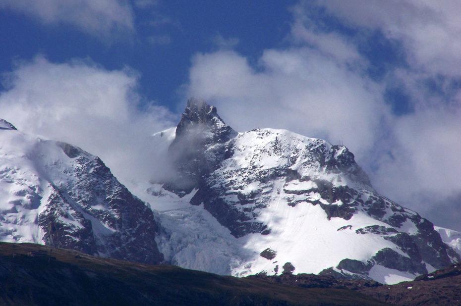 Sommet enneigé dans les nuages vu depuis Täsch
