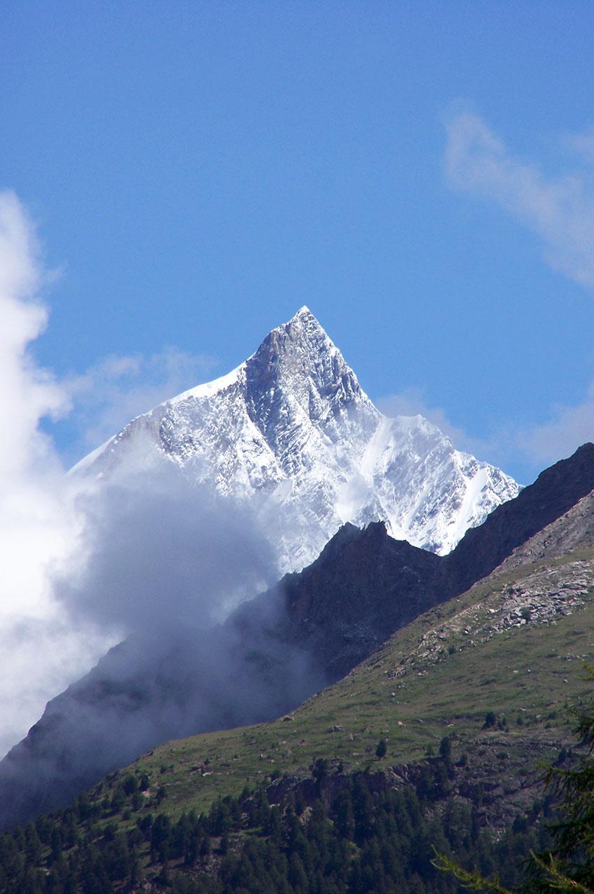 Le Taschhorn, culminant à 4491 m, vu depuis Zermatt