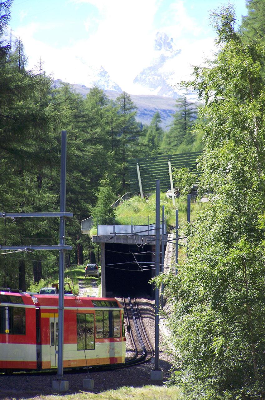 Le train Zermatt Express va entrer dans le tunnel
