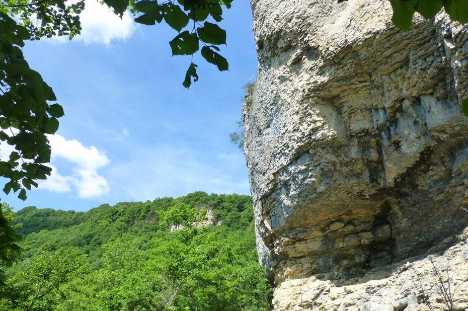 Le chemin passe à flanc de rocher