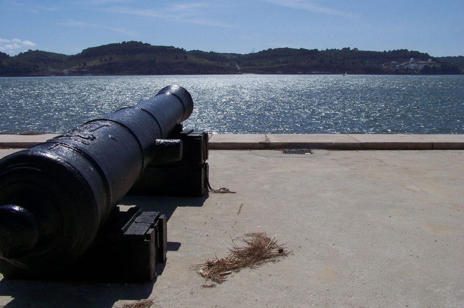 Un des canons de la Tour de Belém tourné vers la mer