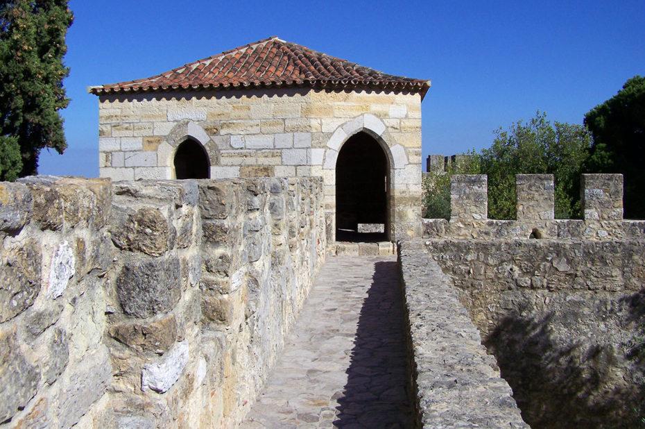 Sur le chemin de ronde du Château Saint-Georges