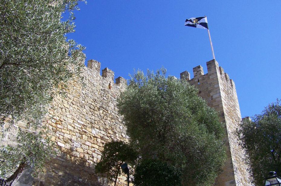 Le drapeau de Lisbonne flottant sur le Castelo de São Jorge