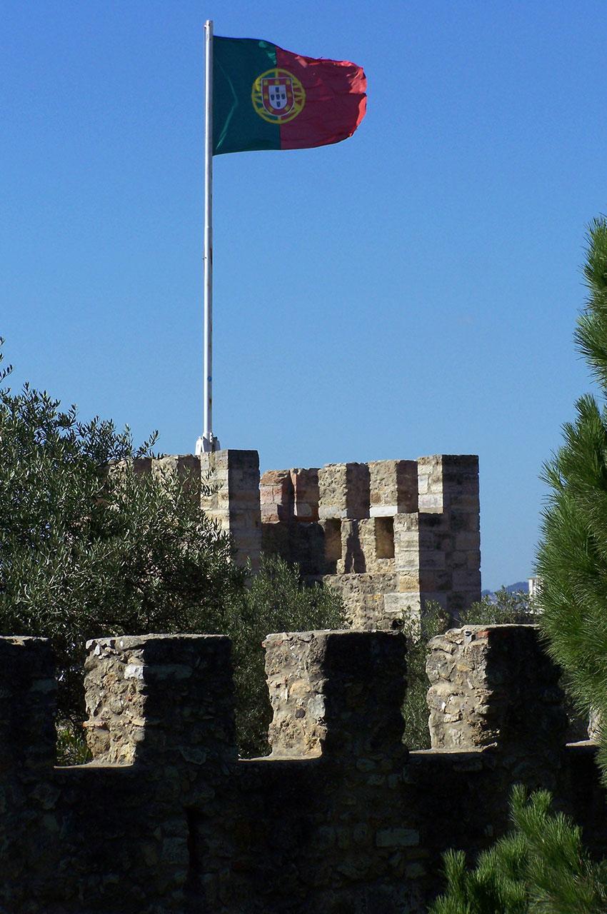 Le drapeau du Portugal flotte au sommet du château