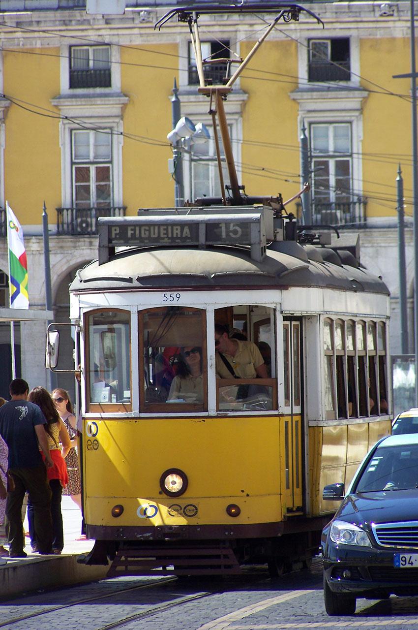 Ligne 15 du tramway sur la place du Commerce