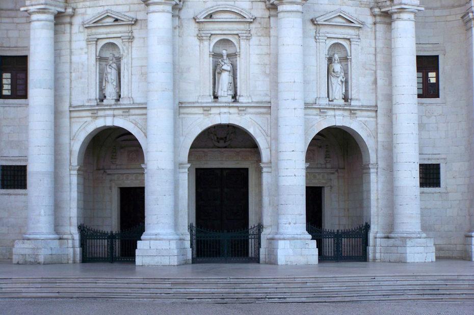 Les marches et l'entrée du Panthéon de Lisbonne