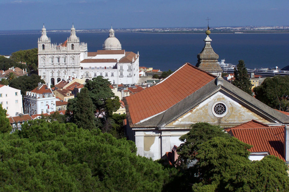 Le monastère San Vincente est entouré de maisons, situé au cœur de l'Alfama