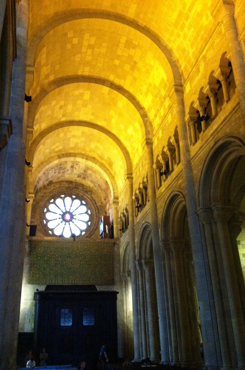 La nef et son plafond éclairé en jaune