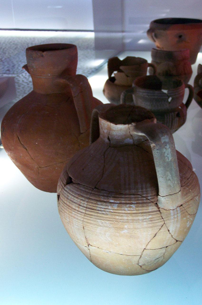 Poteries au musée du château Saint-Georges