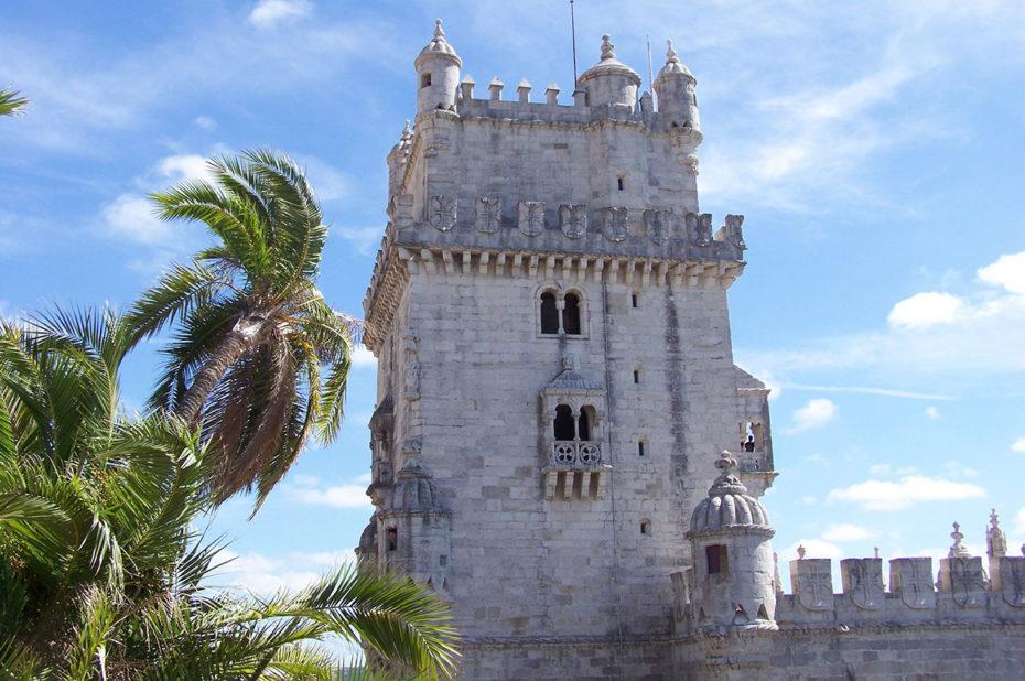 La tour de Belém derrière des palmiers