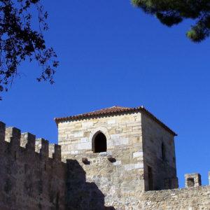 Une tour et les murailles du Château Saint-Georges