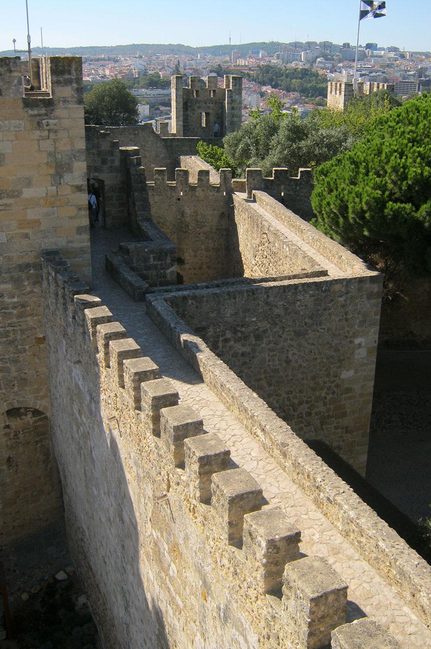 La visite du château passe par le chemin de ronde et ses créneaux