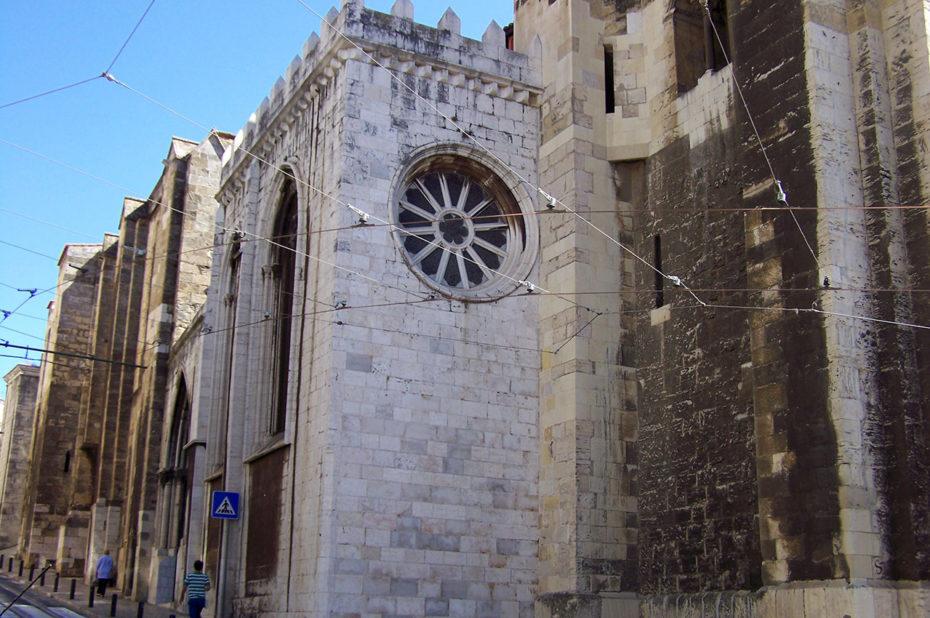 Vue latérale extérieure de la cathédrale