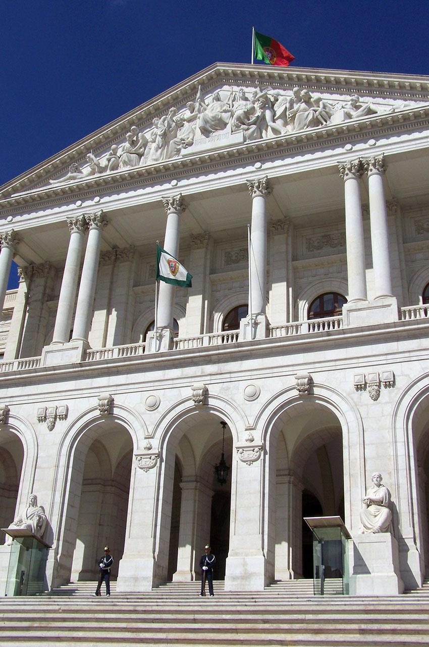 Le balcon et ses colonnes corinthiennes