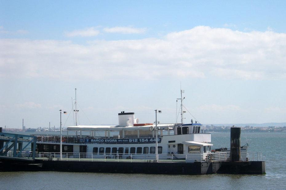 Un des bateaux effectuant la traversée du Tage
