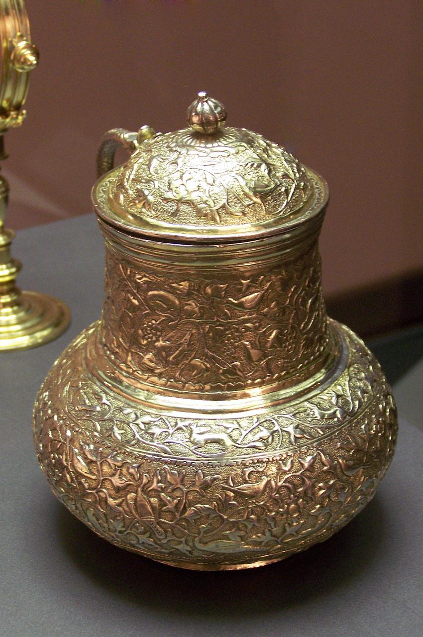 Carafe dorée dotée d'un couvercle et finement décorée