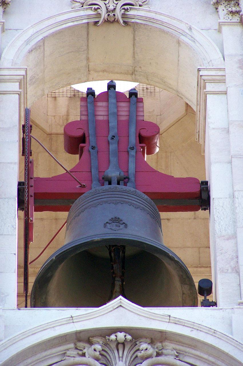 Une des lourdes cloches de la Basilique d'Estrela