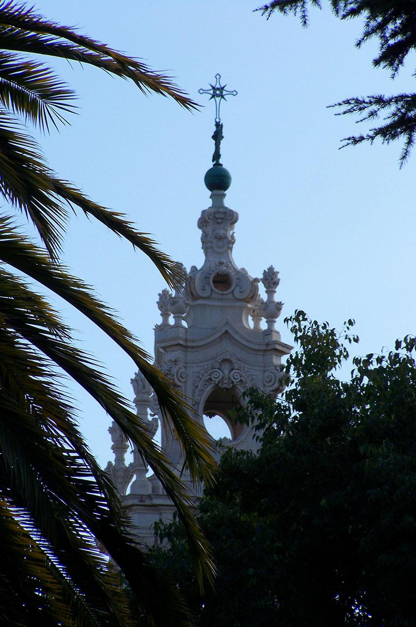 Clocher de la Basilique d'Estrela entre les arbres
