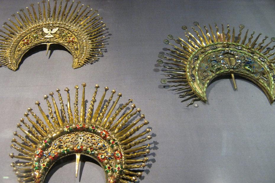 Coiffes dorées incrustées de pierres précieuses