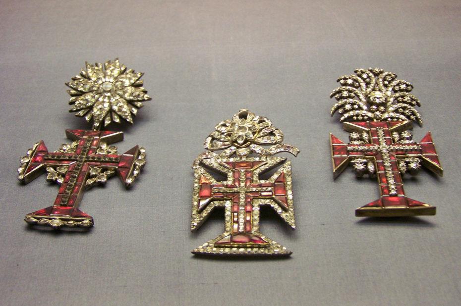 Croix ornées de rubis