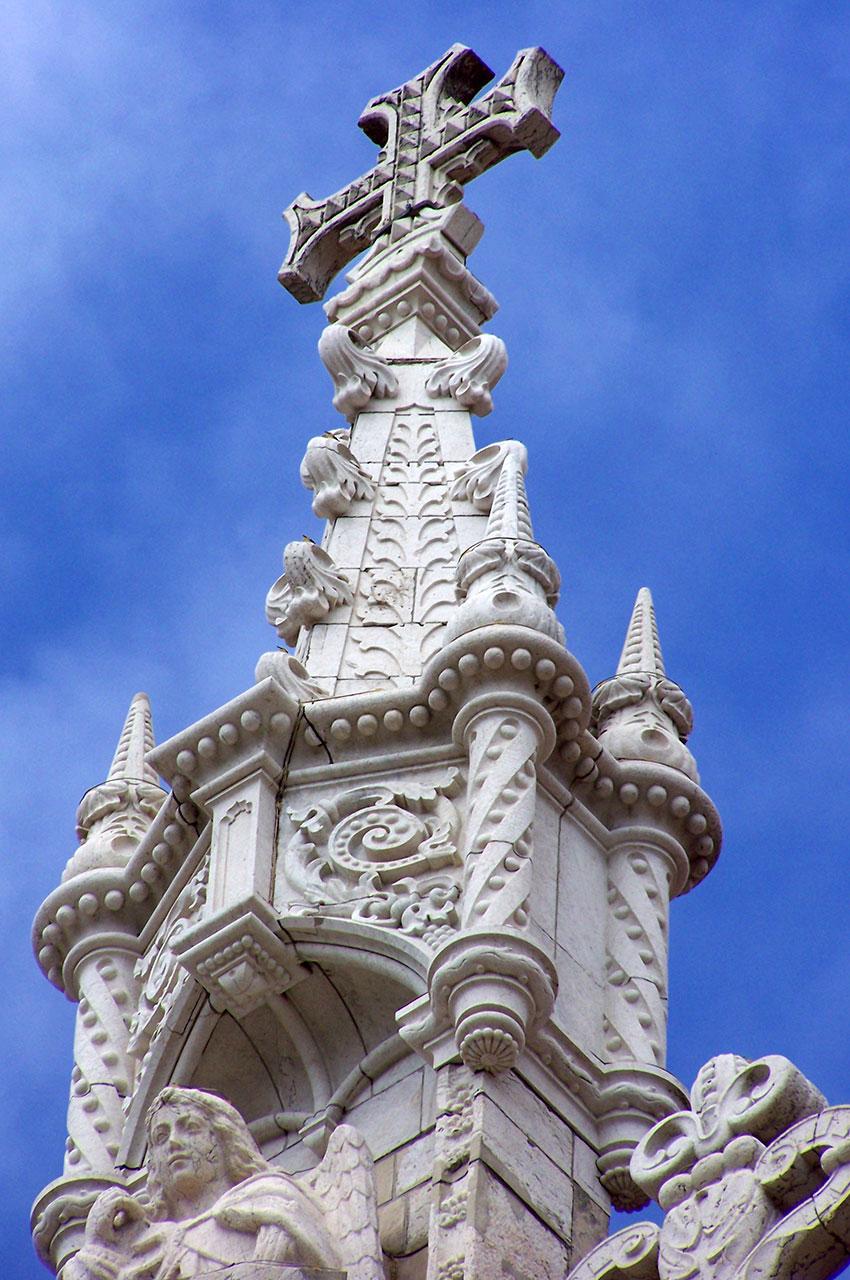 Croix au sommet de l'une des tours