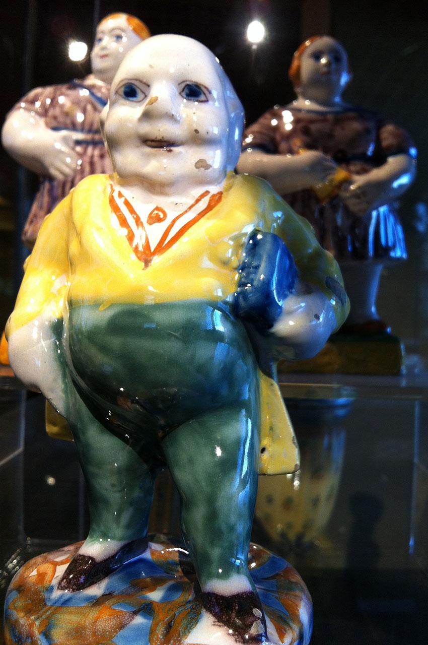 De drôles de figurines en porcelaine