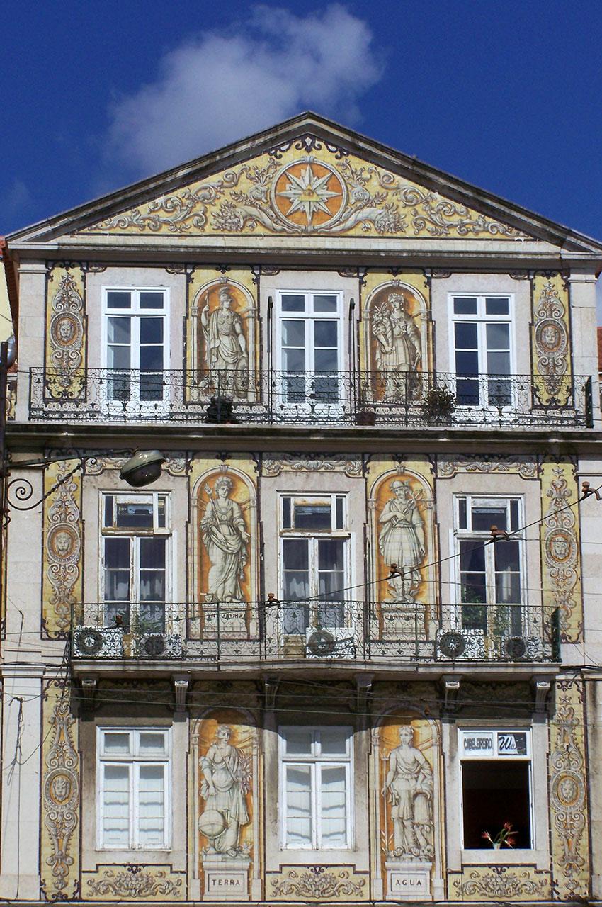 Façade d'une maison recouverte de magnifiques peintures