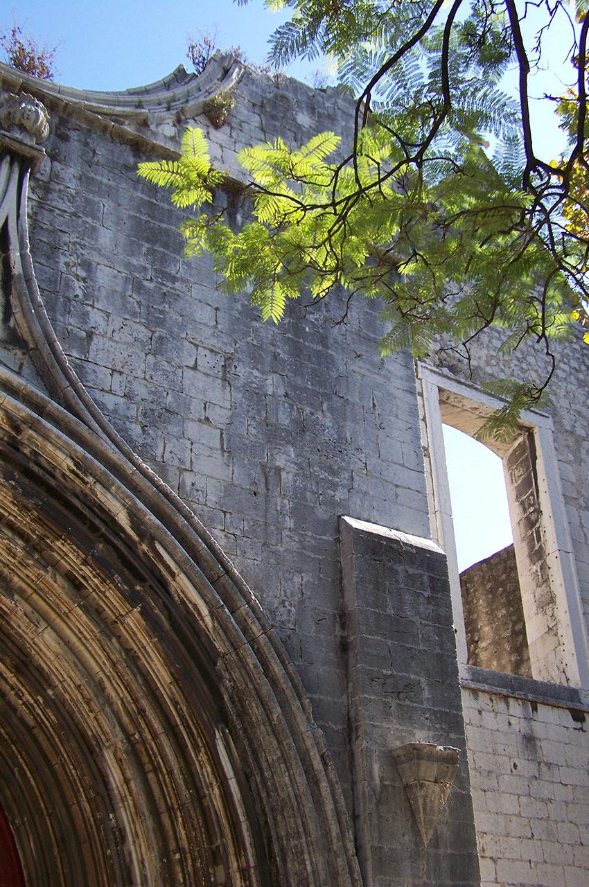 La façade en ruines du couvent des Carmes