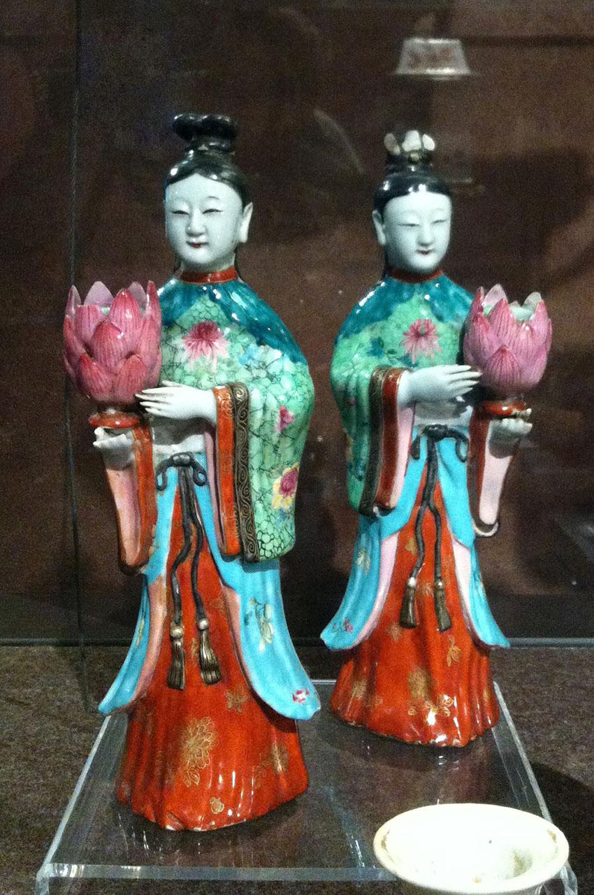 Figurines chinoises portant des fleurs de lotus