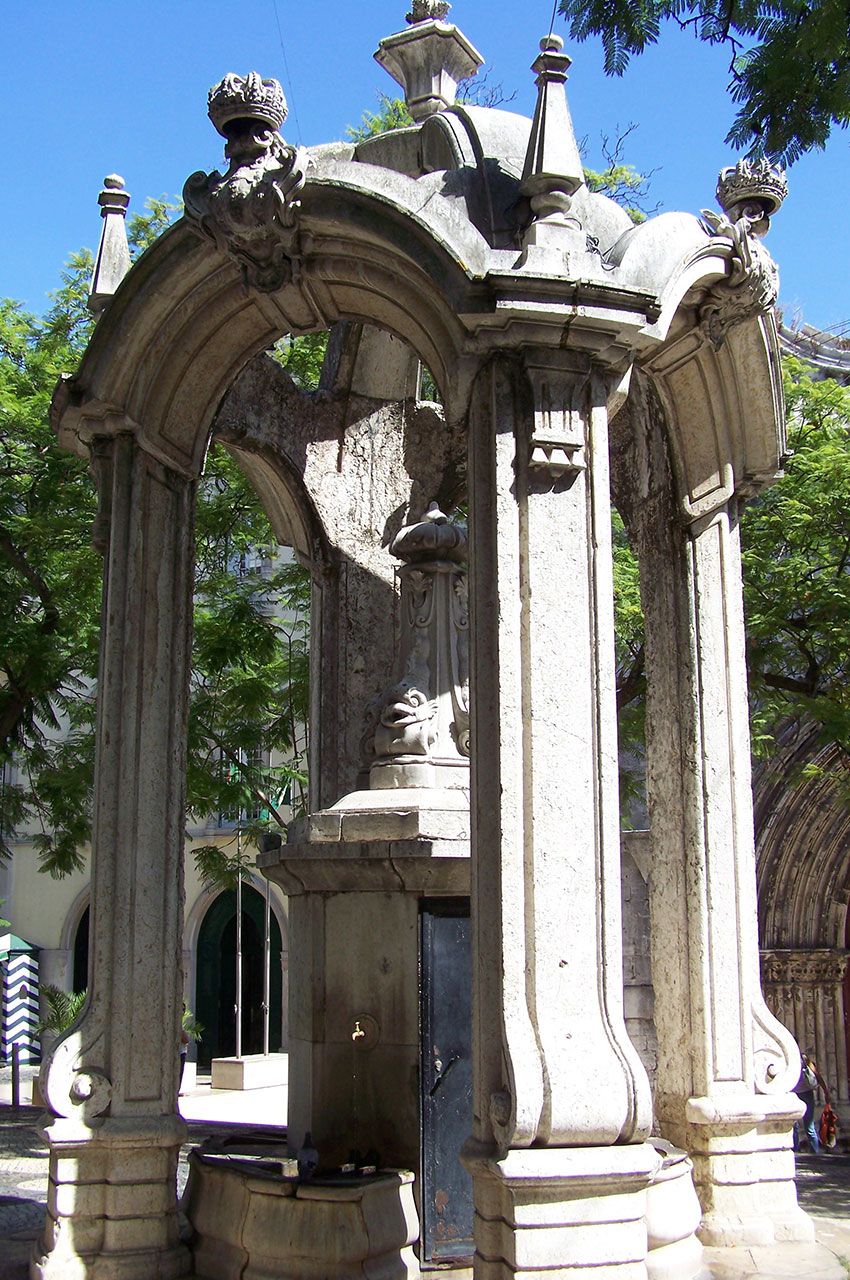 Fontaine sur la place du Largo do Carmo