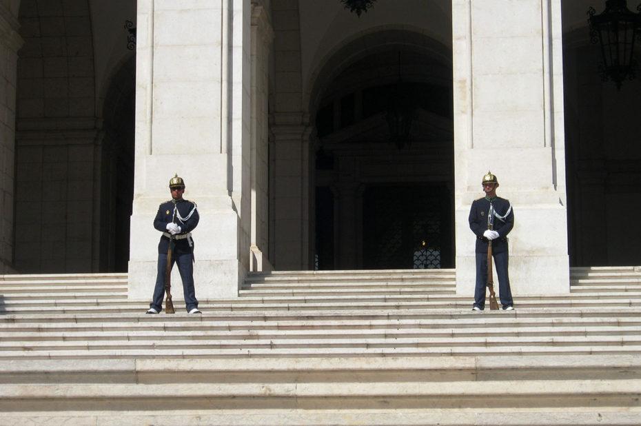 Deux gardes à l'entrée de l'Assemblée de la République