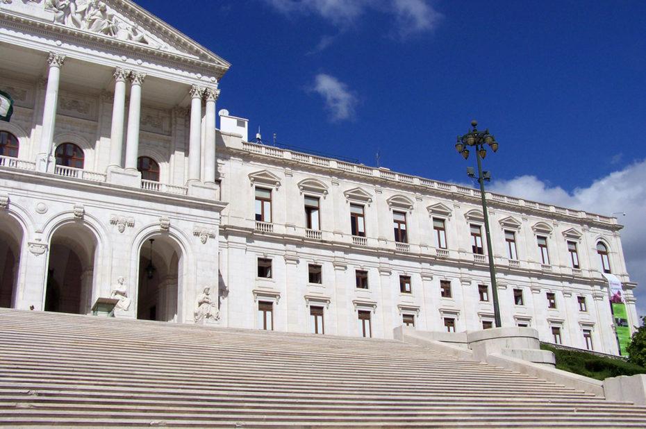 Le large escalier du palais Sao Bento de Lisbonne