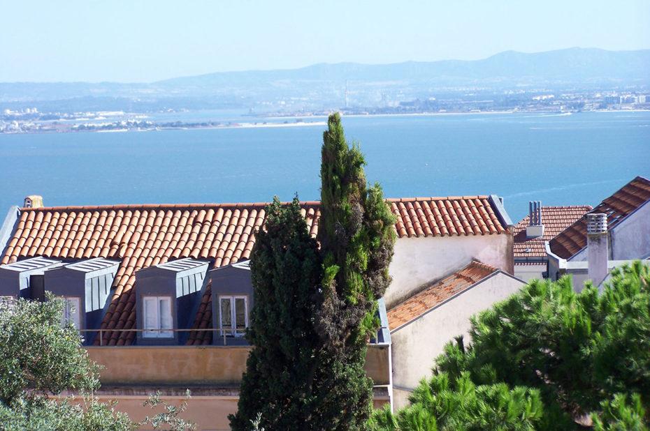Des maisons lisboètes avec vue sur le Tage