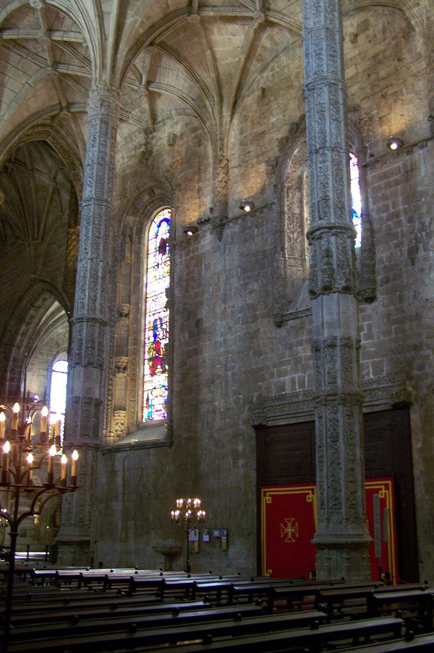 De fins piliers octogonaux à l'intérieur de l'église du monastère