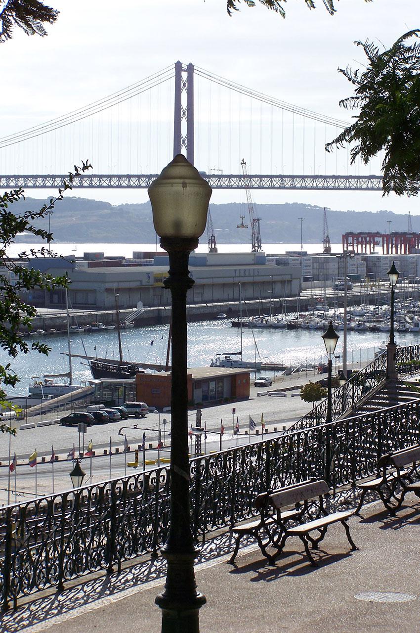 Le port de Lisbonne et le pont du 4 août sur le Tage