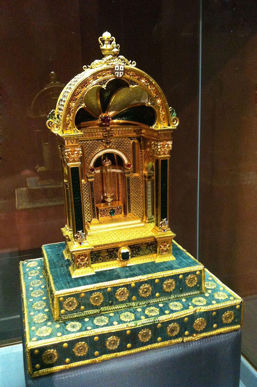 Reliquaire en or et pierres précieuses de la reine Éléonore